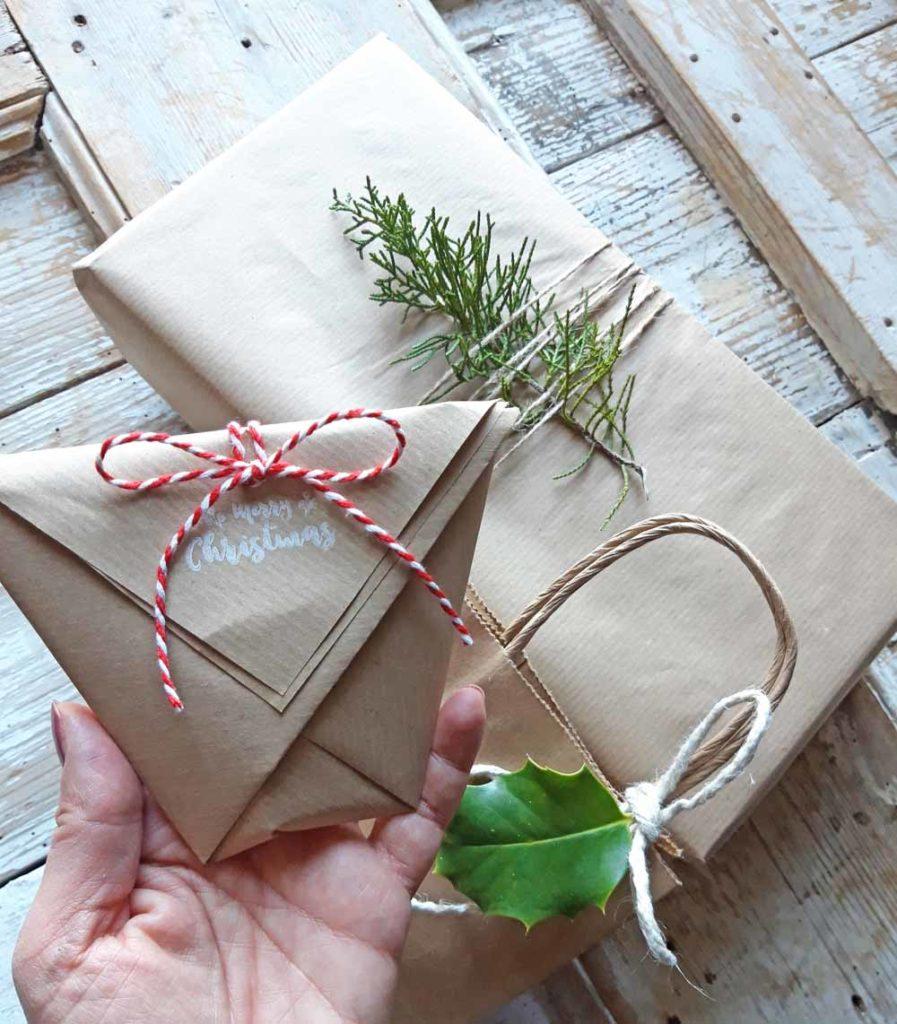 pacchetti regalo con carta da pacchi